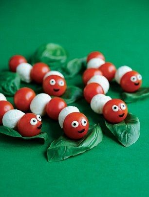 Rups hapje - kerstomaatjes en mozarella bolletjes.  Caterpillar appetizer - Cherry tomatoes and mozarella balls