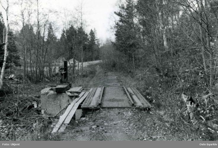 DigitaltMuseum - Vognvekt, bygd inn i sidesporet til Kyvannet ved Gråkallbanen i Trondheim. Sidesporet ble brukt av godsvogner som transporterte is fra Kyvannet, dels til privar bruk i kjølsekap, dels til fiskebåter ved Ravnkloa like ved banens endestasjon.