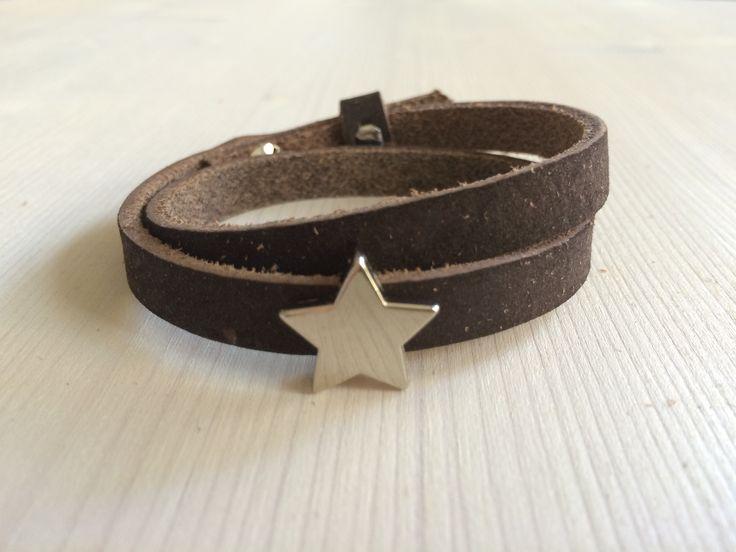 Chocolade bruine Cuoio arband. Je kunt de armband 2x rond de pols slaan. De armband is voorzien van een ster schuiver.