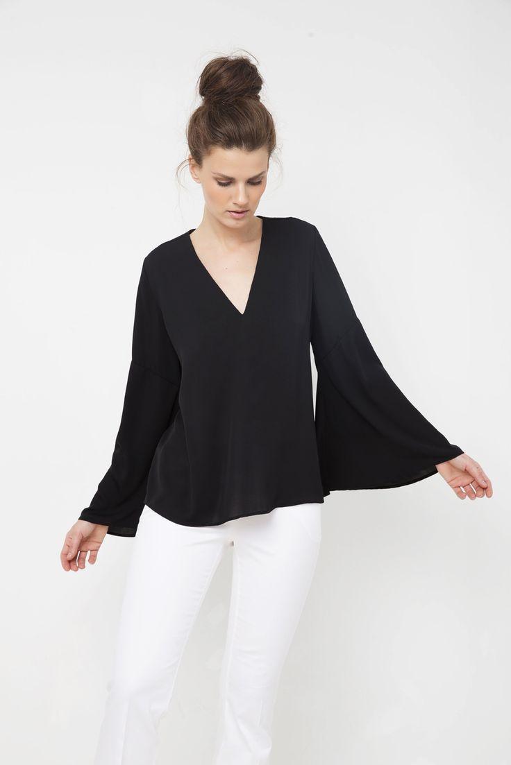 Μπλούζα με V στο στήθος και καμπάνα μανίκι