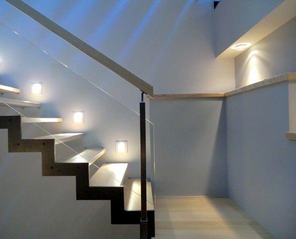 Escalier Ferro, limon crémaillère acier, marches frêne et garde-corps vitré.