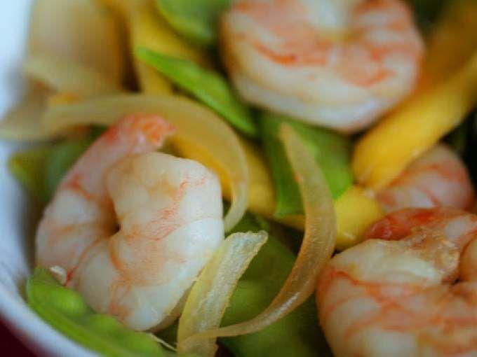 In un wok, scaldare l'olio e far soffriggere la cipolla e lo zenzero. - Ricetta Portata principale : Gamberi con mango e taccole...e un mondo in regalo da Burro e miele