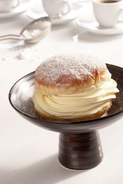 Krapfen mit Eierlikör-(oder Vanille-)Creme - Hefeteig (150 Milch, 2 Eier je 500 g Mehl) mit Vanillepudding-Sahne-Füllung, frittiert - http://www.edeka.de/rezepte-ernaehrung/rezepte/rezeptsuche/krapfen-mit-eierlikoercreme.jsp