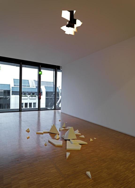 Monika Sosnowska (1972 - )  Rubble 2006 - 2008  Placoplâtre, bois, peinture  23 x 560 x 900 cm
