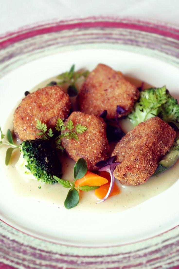 Animelle fritte con verdure al vapore e crema di patate al tè affumicato.