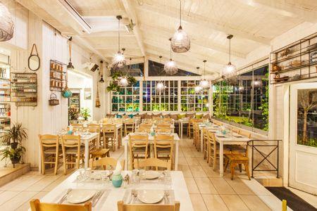 Η θέση Εδώ και περίπου 2 χρόνια, στην εστιατορική πιάτσα της Ζησιμοπούλου στο Παλαιό Φάληρο, έχει προστεθεί το εστιατόριο Ψαράδες που, όπως είναι αναμενόμενο,...