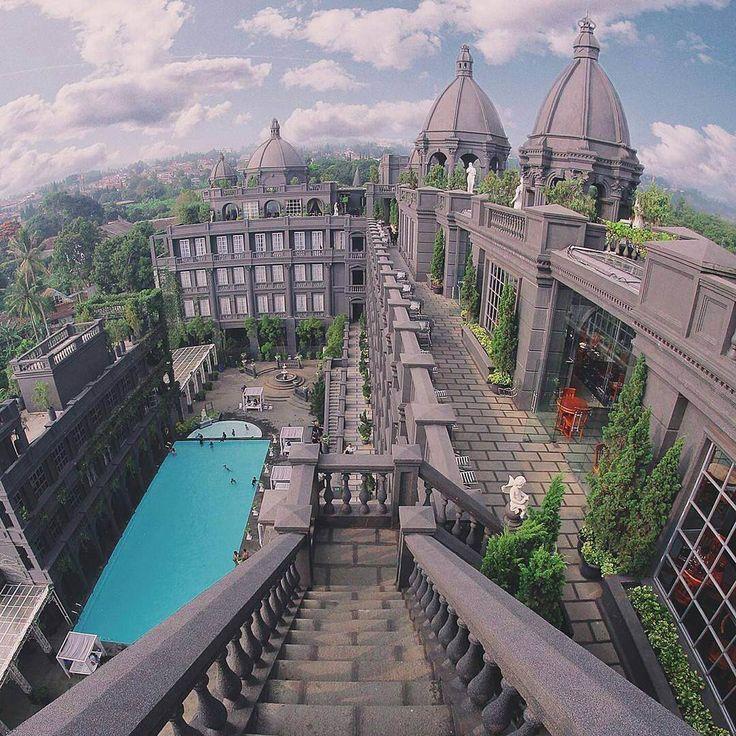 Sebuah bangunan megah dan mewah seakan menunggu kedatangan Dolaners. Gedung GH Universal merupakan sebuah hotel berbintang 5 yang di desain dengan gaya Eropa klasik yang sangat menawan.[Photo by instagram.com/akitamessakh]