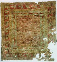 Pazyryk è il tappeto più antico del mondo. Ritrovato dai archeologi russi Rudenko e Grinzanov sui Monti Altaj, nella Mongolia nordoccidentale; ragione per la quale è arrivato ai nostri giorni. Pazyryk è anche il  tappeto persiano più antico del mondo. densa annodatura di 3600 nodi simmetrici per decimetro quadrato e disegni complessi, valorizzati da un'armonica policromia, con prevalenza del rosso della cocciniglia, del verde pallido, del giallino, del rosa, dell'avorio e di un punto di…