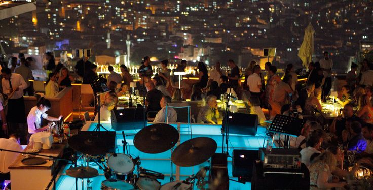 Gece hayatında İstanbul'un sosyetik yüzleri, moda avcıları ve genç işadamlarıyla eğlenmek isterseniz seçeneğiniz çok. Yaz akşamlarında NuPera'nın şık terasında Haliç manzarasına karşı güzel içkiler içip müzik dinleyebilirsiniz.