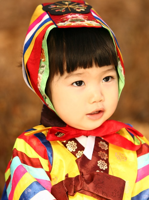 Baby girl's hanbok with hat. Korean kids are so cute!!............v