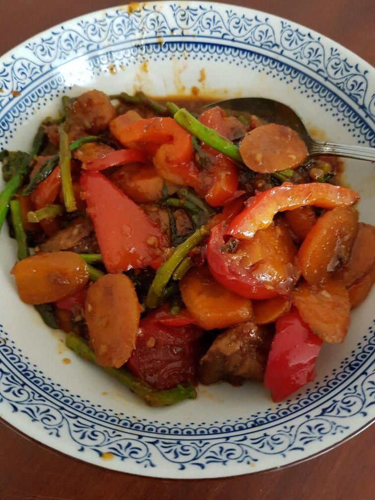 Voor 2 personen. Rijst voor liefhebbers koken. In wok: uitje en eetl sambal trassi bakken in wat olie, toevoegen dik 600 gram diverse groenten: wortelen, kleine groene asperges, tomaten, paprika en andijvie. Op het laatst flinke scheut original chili saus. Tussentijds kipfilet, bestrooid met behoorlijk wat ketoembar, bakken met 1/2 eetl sambal trassi in steelpan. Ketjap toevoegen. Kipfilet garen. Vlees toevoegen aan groenten.
