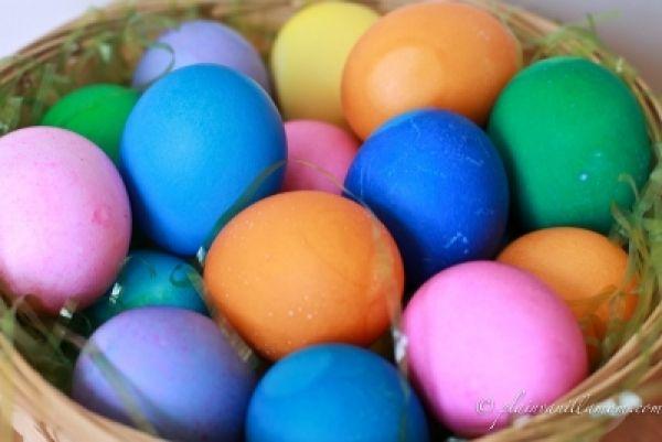 Come colorare le uova di Pasqua con la carta crespa