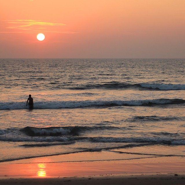 Фотографии заката никогда не бывают лишними. #sunwhell #hellosunwhell #India #GOA #sea #sunset #закат #море #волны #wave http://instagram.com/p/BAo-M3KqgDn/