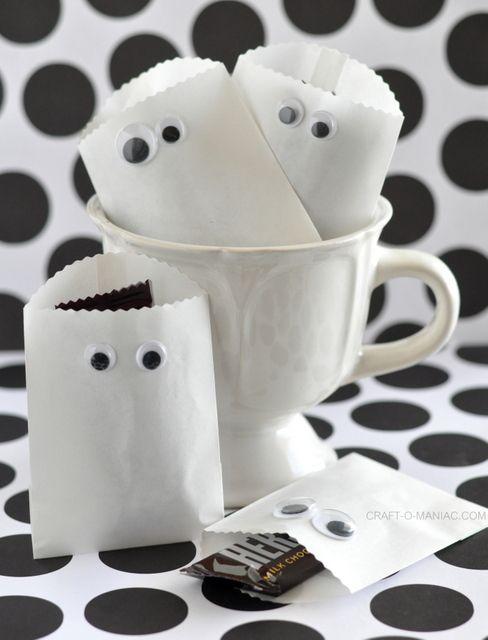 Spooktraktatie: witte papieren zakje met oogjes, met iets lekkers erin.