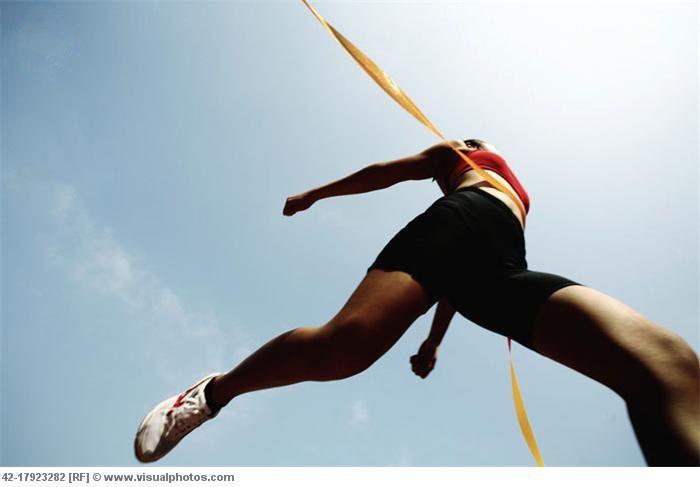 Правила успешного бега    1. Дайте себе разогреться и остыть  Как бы вам ни хотелось сразу перейти к бегу, не делайте этого. 5-10 минут разогрева повысят выносливость вашего сердца и дыхания и усилят поступление крови к мышкам. Это также поможет разбудить вашу нервную систему и заставит мышцы быстрее сокращаться. В общем, чем быстрее или дальше вы намерены бежать, тем дольше вы должны разогреваться. Точно так же позвольте себе остыть после бега — так, чтобы ваш сердечный ритм падал…