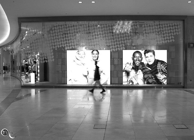 H&M @ Yas Mall #abudhabi - #andreaturno #nikonphoto_ #nikontop #black_and_white #blackandwhite @andreaturno