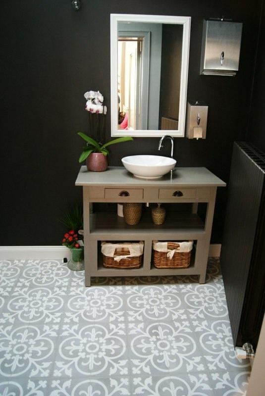 Grijs witte in badkamer met zwarte muur nieuw huis ideetjes pinterest met - Deco toilet grijs ...