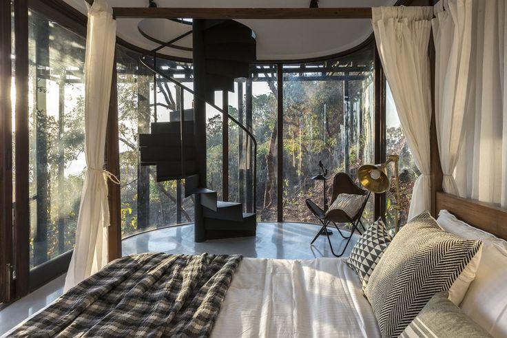 """""""Удобствата включват две двойни легла, едно таванско помещение за деца, две бани, всекидневна, място за закуска или игри с открита веранда и голяма панорамна гледка"""", добавят дизайнерите. """"Главното пространство се разделя от три по-малки заграждения, разположени в него, осигуряващи визуална връзка с гората в множество посоки от всички помещения"""". Дизайнерите използват дървена решетка, с помощта на бял плексиглас, за да разделят пространствата."""