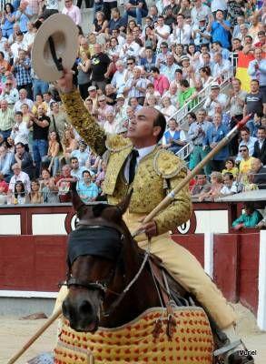 Tito Sandoval sube al caballo pensando que tiene el reto de picar un  toro de una ganadería exigente y brava. Y lo hace con toda la verdad, toreando con el caballo y pidiendo a su matador distancia para dar importancia a la suerte y lucir el toro ante el público.