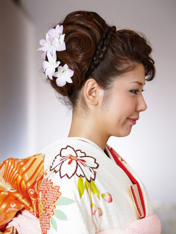 ふんわりとアップにしたら三つ編みのヘアピースをカチューシャのようにプラス。可愛らしさが際立ちます。