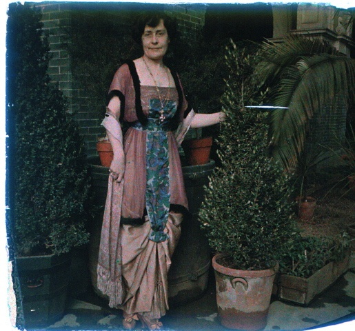 Old Oaks, autochrome photo, 1910's. She actually looks similar to the mother on Downton Abbey!!! Weird~!