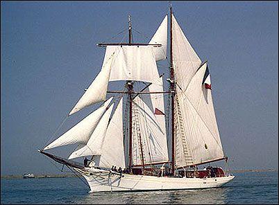 """""""La Belle Poule"""" - Une des deux goélettes écoles de la Marine Française. Construite sur le modèle des Morutiers d'Islande de Paimpol, avec des lignes un peu affinées; elles gardent leur voile supérieure à rouleau bien utile."""