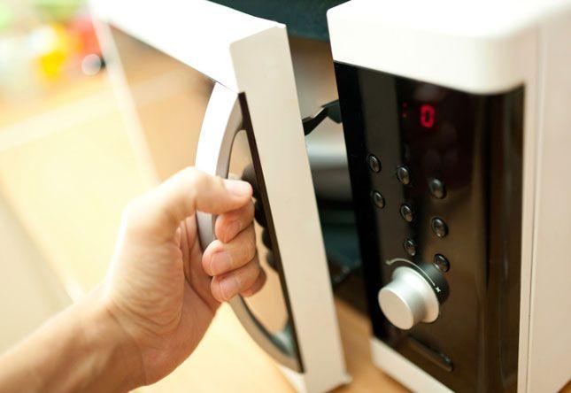 A legtöbb konyhában ott a mikrosütő, de legtöbben csak melegítésre használják. Pedig itt van még 10 tipp, amire felhasználhatod. Fogadjunk, hogy ezekre sose gondoltál volna?