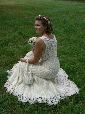 Another view of the dress. Help! Is this written in Spanish? I would really love to be able to figure this out and try to make it!!!! Tejido a crochet vestido de novia4
