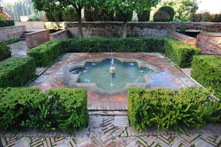 Фрагмент садов Хенералифе в комплексе Альгамбра в Гранаде.