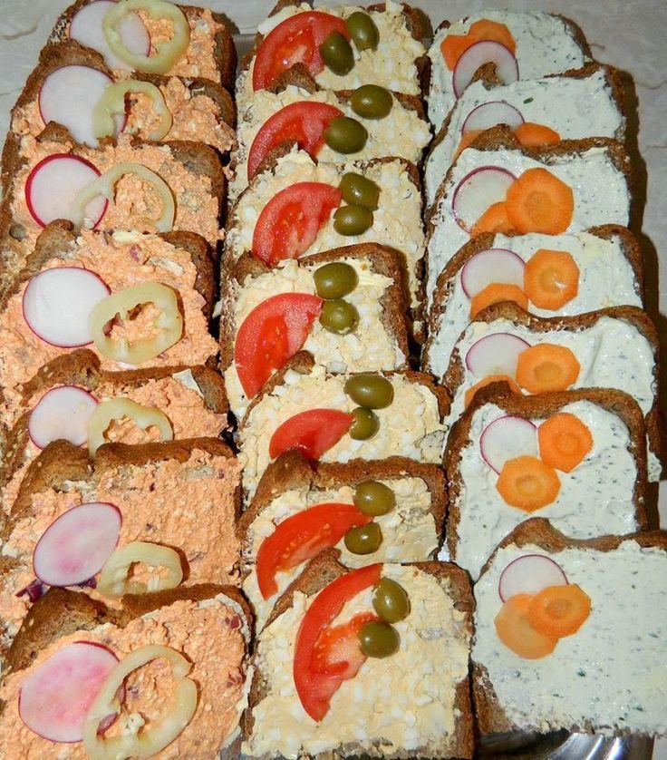 Hoztam nektek többféle szendvicskrémet, akár reggelire vagy a hétvégi vendégváró kerti partira, vagy Szilveszterre, húsvétra Házi kenyér, házi felvágott, házi pástétomokkal/krémekkel és salátával Szendvicskrémek 1.) Körözött: 250 g túró (tejmentesen étkezőknek: Totu