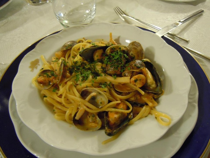 Linguine Vongole is one of our favourite Italian dishes and in Sardinia (Palau) they make it very well. Thanks to Ricette di Sardegna's Facebook for this pic. Check out their wonderful food thoughts and recipes here: http://www.ricettesardegna.it/