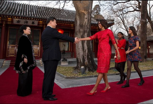 President Xi Jinping and his wife first lady Peng Liyuan greet #FirstLady Of The United States 🇺🇸 #MichelleObama and #FirstDaughters Of The United States 🇺🇸 Malia & Sasha #Obama in Beijing in May 2014