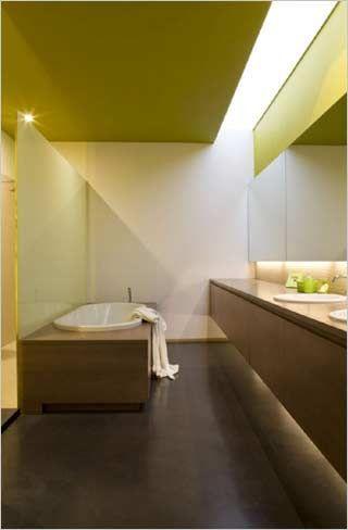 badkamer met glazen wand tussen bad en inloopdouche