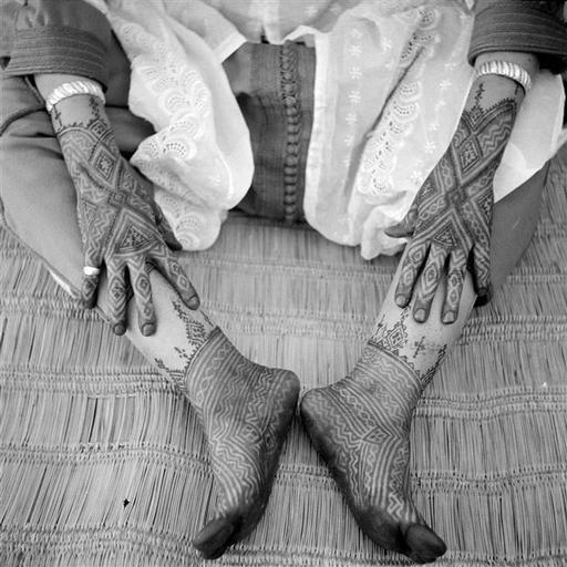 - Besancenot Jean (1902-1992) - Décors des pieds et des mains au henné de couleur marron et au hargous de couleur noire. - Arago