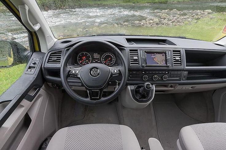 Das Cockpit des VW California Beach.
