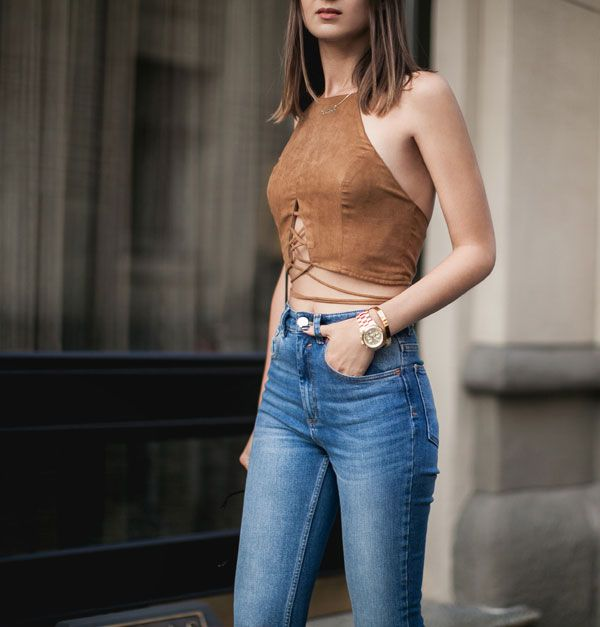 Look  com calça jeans de cintura alta + top de suede marrom.