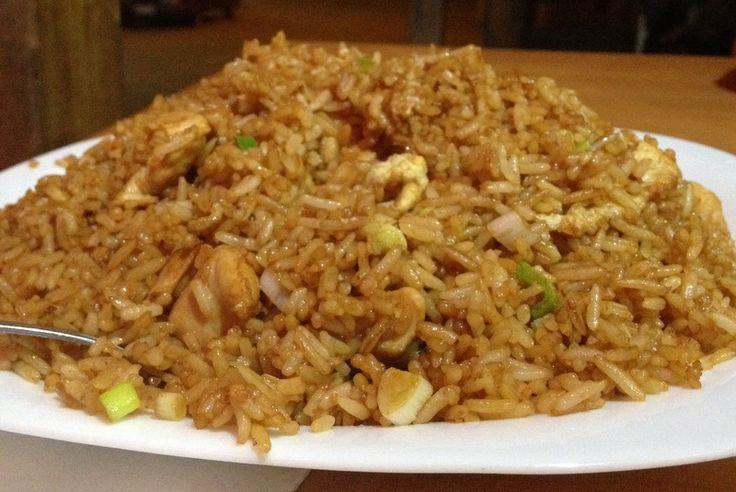 Este delicioso chaulafán mixto especial se prepara con arroz, pollo, carne de cerdo, camarones, vegetales, huevo. El chaulafan ecuatoriano tiene influencias de la cocina china y es lo mismo que el arroz frito chino, pero con toque ecuatoriano.