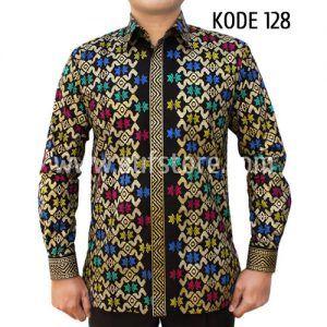 Batik printing yang satu ini kami beri kode Baju Batik Pria Kode 128. Batik kode 128 ini terbuat dari bahan katun. Dibuat dengan jahitan yang rapih dan nyaman saat dipakai. Dibagian dalamnya terdapat furing yang terbuat dari katun, sehingga mudah menyerap keringat.