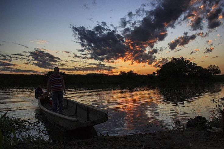"""Guamal, Magdalena.   Ph : Carlos Bernate @tejiendo_memoria14 / Tejiendo Memoria   Transporte público.  Dos habitantes de pajaral, desembarcan a la orilla del río en guamal.  Desde algunos puntos del municipio aún  sus habitantes deben utilizar los """"Jhonson"""" para poderse movilizar.   #TejiendoMemoria #HistoriasDeMiAldea  #Guamal #Magdalena #Colombia  #VidaCotidiana #RioMagdalena #travel  #everydaylatinamerica #everydayeverywhere #everydaymacondo #everydayphoto #ig_colombia"""
