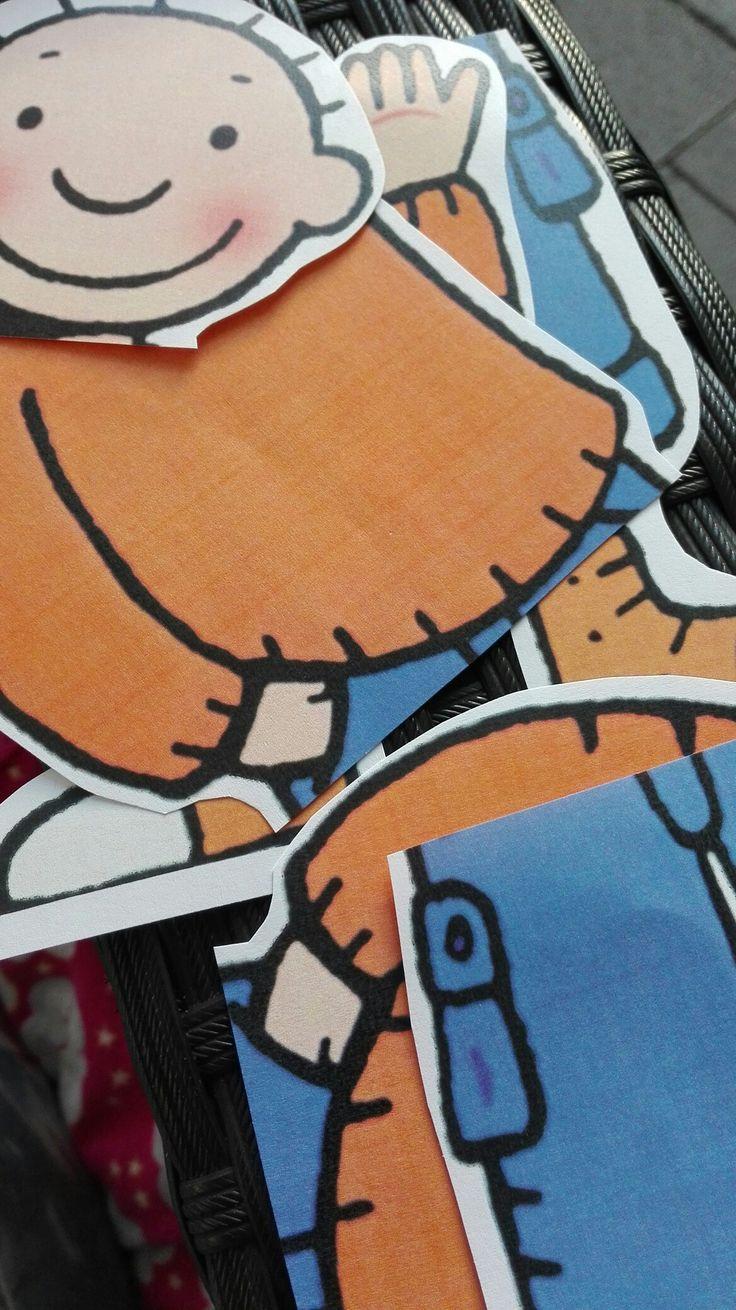 Puzzel 4 of 6 stukjes Peuters De 2 jarigen plakken de puzzel met 4 stukjes en de 3 jarigen die met 6. Natuurlijk kijk je welke 2 jarige de uitdaging ook aan kan. Het benoemen van de lichaamsdelen kledingstukken is leuk voor de woordenschat