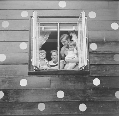 polkadot house.Dots Wall, Ideas, Polkadot House, Polka Dots, Vintage, Polkadot Wall, Fun Things, Families Portraits, Dots House