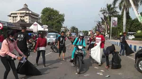 Peduli Kebersihan, Komunitas Anak Muda Pungut Sampah di Jalanan