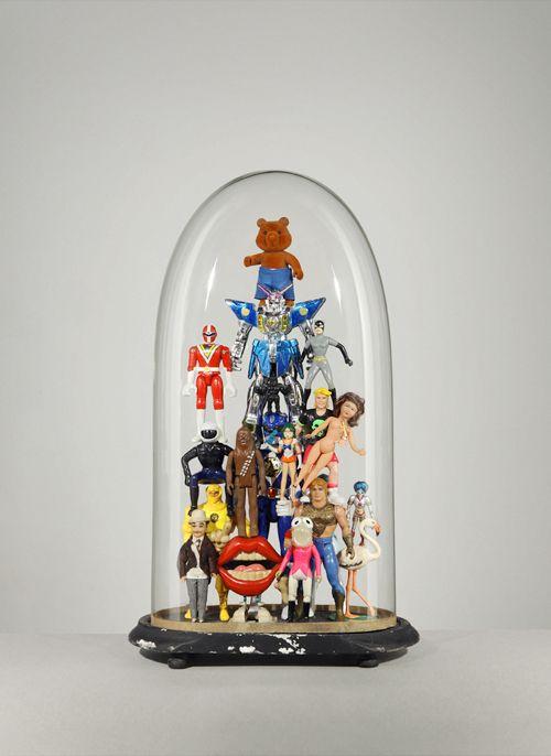 Lucas Mongiello prends ces photos de jouets placés sous une cloche de verre.