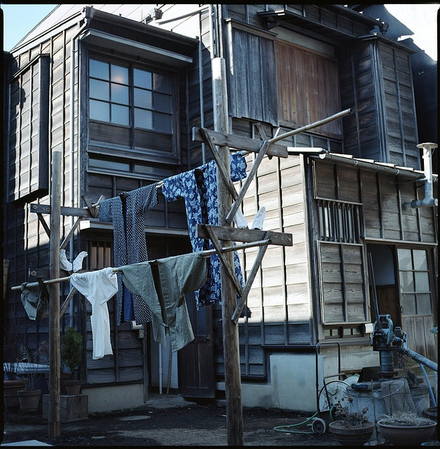 Japanese clotheslines - By k.ebato - using a long wooden rod rather than a 'line.'