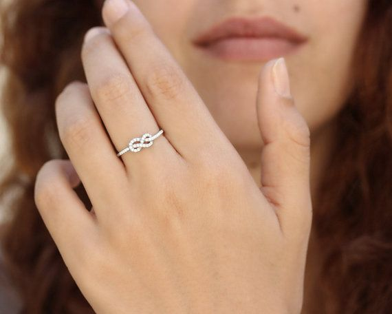 Mini oneindige liefde knoop diamond ring ♥ Delicate en sierlijk design. ♥ Deze prachtige ring is gemaakt met grote zorg van 14k of 18 k solid gold; wit goud / geel goud / rose goud. Kies in de lijst opties. ♥ Total diamond weight is 0,18 ct GVS kwaliteit. Alle diamanten zijn conflict vrije. ♥ Knoop breedte 5.5 mm, Band met 1,5 mm ♥ Ring komt met IGL sieraden certificaat per clientaanvraag bij het bestellen. ♥ 100% gerecycled goud, zoals standaard ring in glanzende afwerking komt.  ---Gratis…