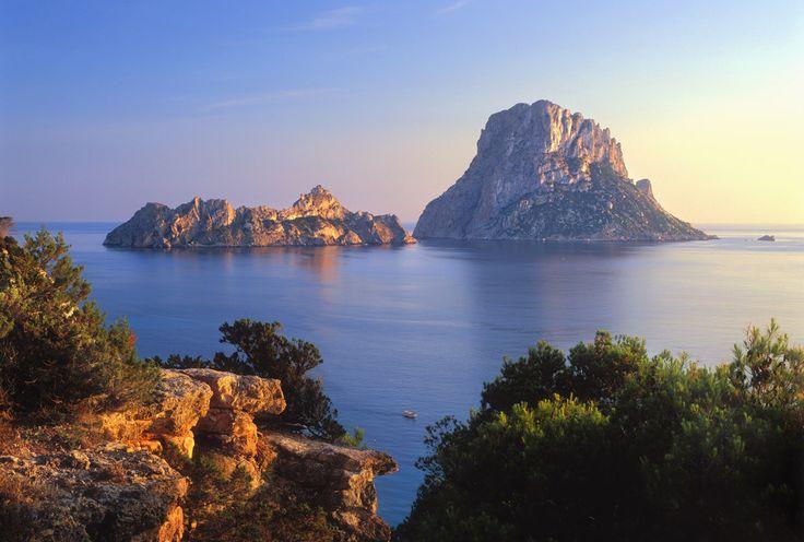 Panorámica multicolor de las islas de Es Vedrà y Es Vedranell en Ibiza