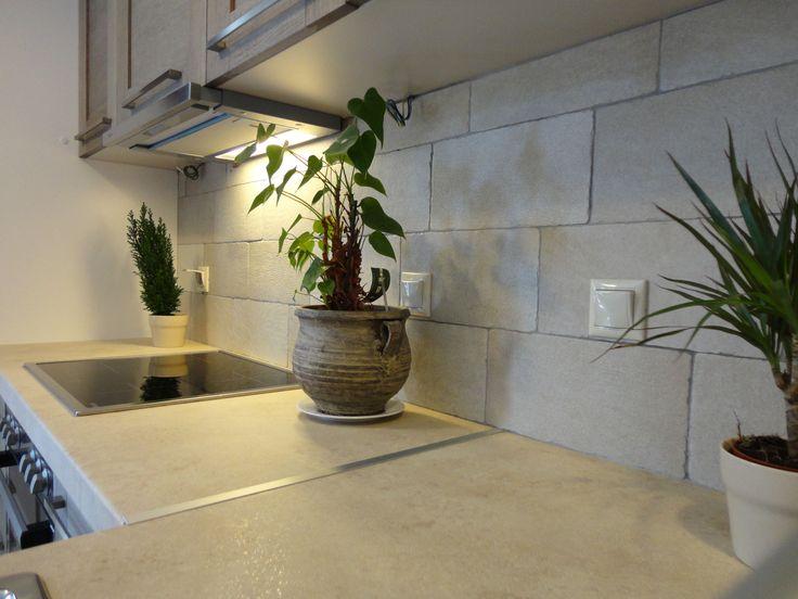 Ανακαίνιση Κατοικίας στην Ηλιούπολη.Λεπτομέρεια της πλάτης της κουζίνας.