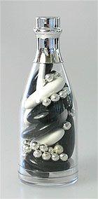 Sobres et ultra classes, ces petites bouteilles de champagne rehaussées par un bouchon chromé argenté seront du plus bel effet sur vos tables et buffets ! http://www.mariage.fr/mini-bouteilles-champagne-pvc-avec-dragees.html