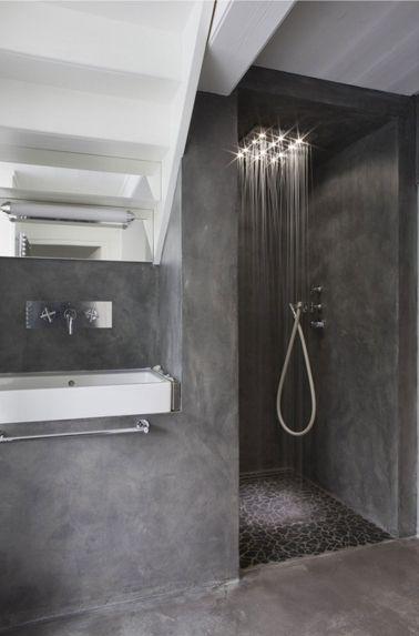 Ambiance spa dans une salle de bain avec du béton gris et un carrelage sol assorti