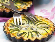 Tarte courgette et roquefort Ingrédients pour 6 personnes  1 pâte brisée 4 courgettes 100 g de roquefort 3 petits œufs 15 cl de crème sel, poivre